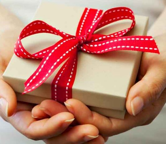Top 10 Ways of Giving Someone a Gift